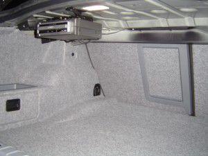 BMW E90カーナビ本体をトランクルームに設置