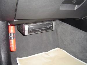 BMW E90にカーナビHRV022本体を設置