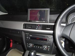 BMW E90にスマートモニターキットを使用してオンダッシュモニターを設置