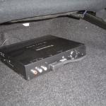 トヨタ アルテッツァの助手席下に地デジチューナーを設置