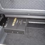 メルセデスベンツAクラスの助手席下に地デジチューナーを設置