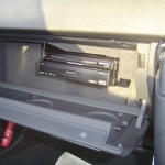 AUDI TTのグローブボックス内にサイバーナビ本体の設置