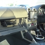 アウディ TTのグローブボックス内にカーナビ本体の設置