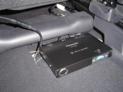 ホンダ CR-Vの助手席下に地デジチューナーを設置