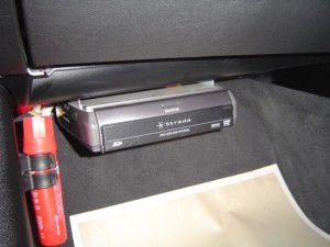 BMW 325iのグローブボックス下にカーナビ本体の取付
