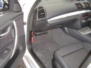 BMW 1シリーズの助手席側グローブボックス下にカーナビ本体の吊り下げ