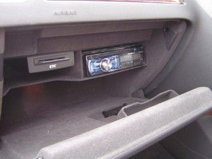 AUDI A5のグローブボックス内にカロッツェリア製DVDデッキの取り付け
