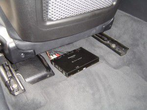 BMW X3 E83の助手席下に地デジチューナーTU-DTX600の設置