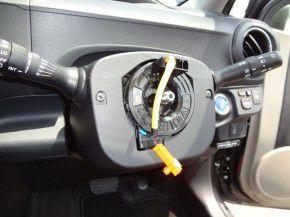 トヨタ アクアにステアリング舵角センサーの取付