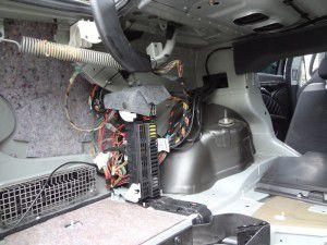 ベンツ Eクラス トランク内サウンドシステムアンプユニット
