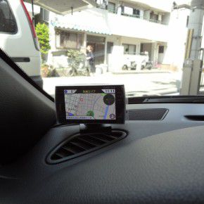 GPSレーダー探知機はダッシュボード上に設置