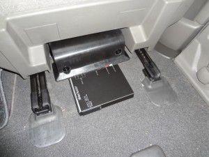 エルグランド運転席下に地デジチューナーの設置